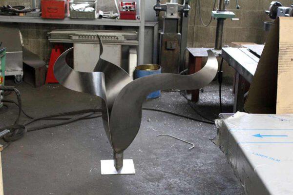 Stainless steel sculpture de Tulp in workshop