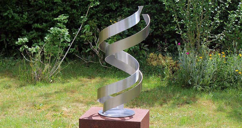 RVS sculptuur abstract geometrisch in de tuin