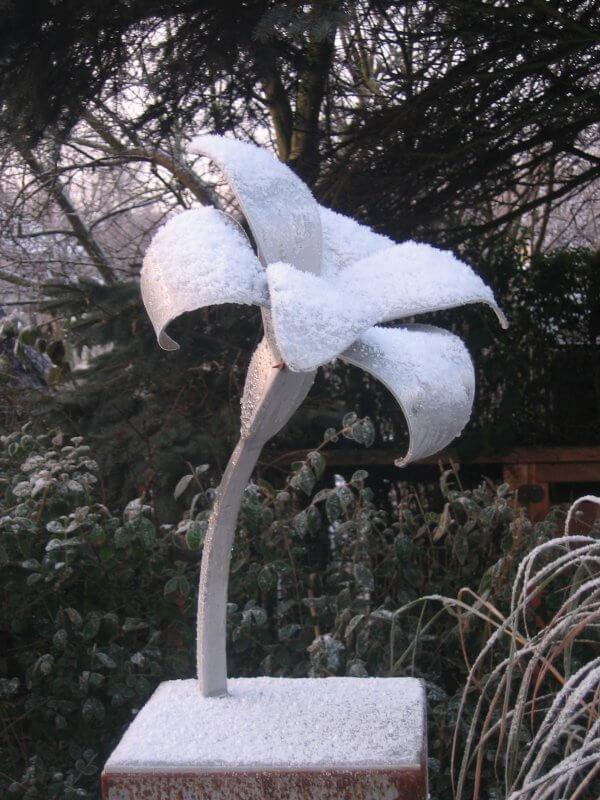 RVS beeld lage lelie in de sneeuw