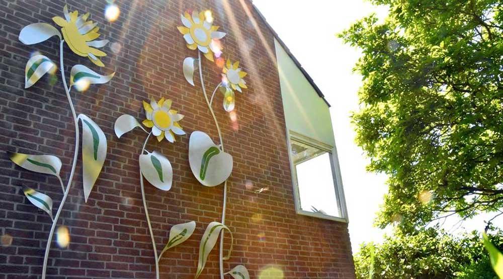 RVS sculptuur voor een want met zonnebloemen