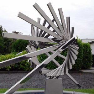 abstract geometrisch RVS-sculptuur-van-hart