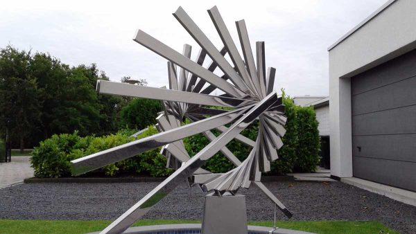 abstract geometrisch RVS-sculptuur-van-hart