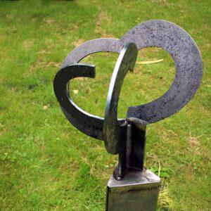 modern en abstract beeldhouwerk van staal