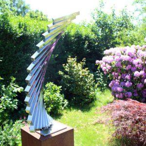 RVS tuinbeeld in zonnige tuin