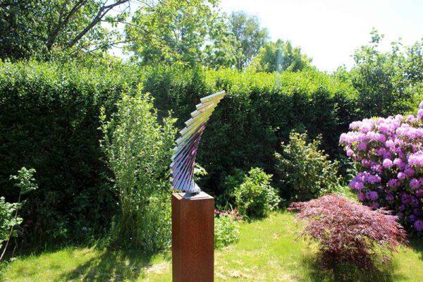 modern beeld van rvs in de tuin
