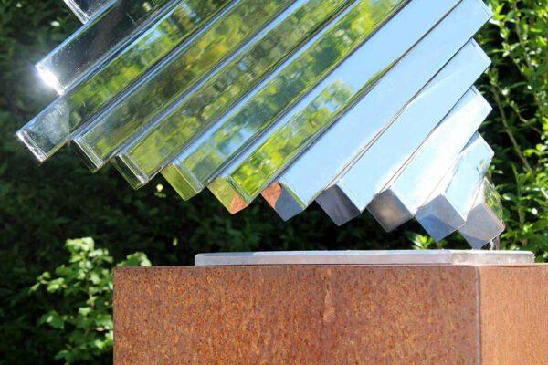 detail van abstracte sculptuur van RVS