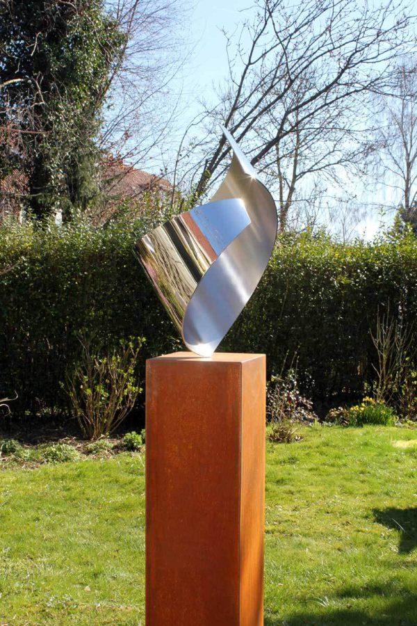 abstract eigentijds RVS sculptuur in tuin
