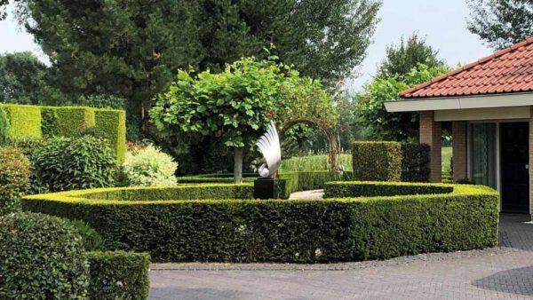 modern rvs sculptuur als tuinbeeld
