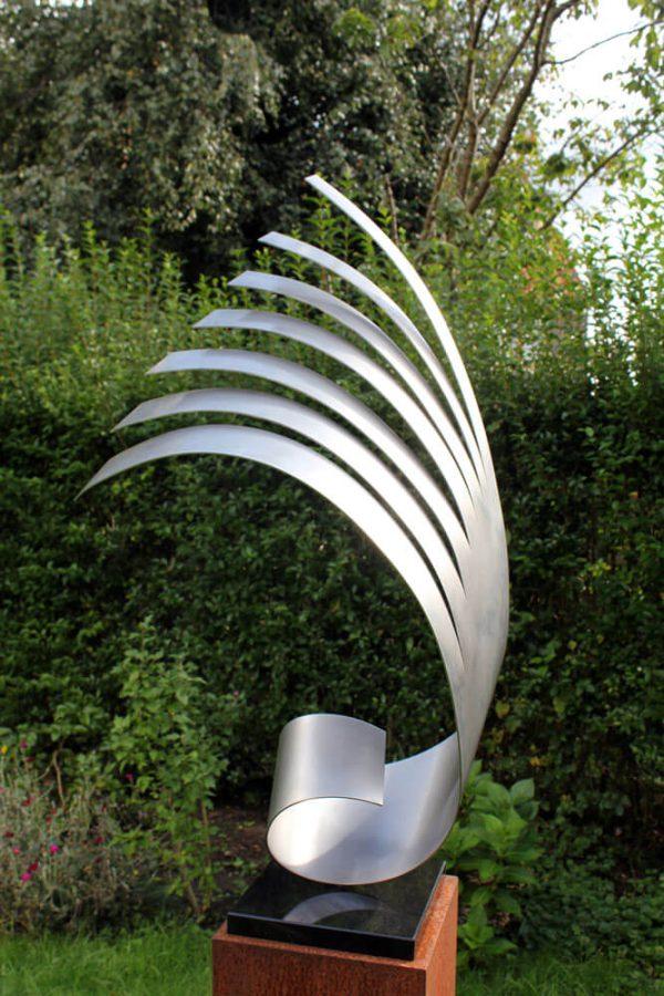 modern rvs kunstwerk in de tuin