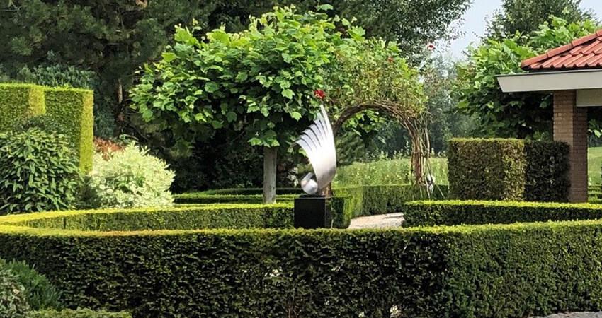 modern kunstwerk van RVS als tuinbeeld