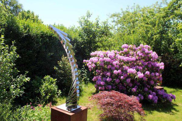sculptuur van rvs in tuin