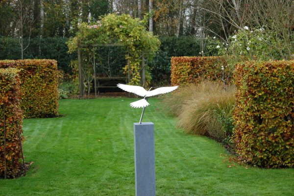 prachtig RVS vogelbeeld in tuin