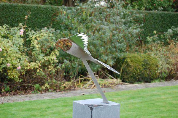 vogelbeeld valk in tuin