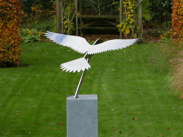 tuinbeeld vogel met gespreide vleugels - valk