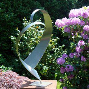 moderne RVS sculptuur van een hart