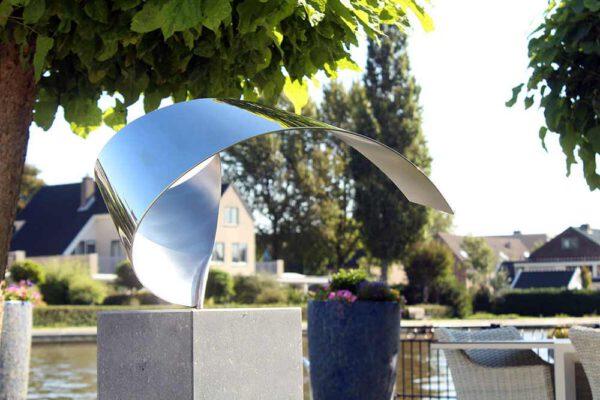 Wave- kunst in opdracht exclusieve RVS sculptuur voor terras aan het water