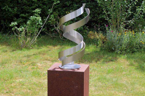 geometrisch abstract RVS kunstwerk in de tuin