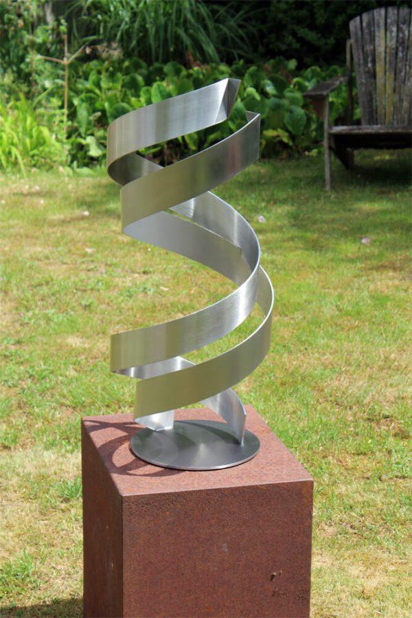 geometrisch abstract kunstwerk RVS