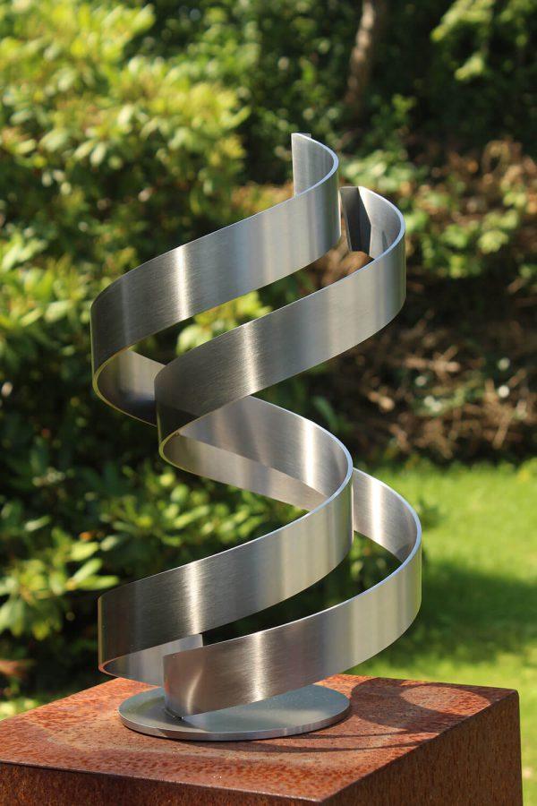 mooi geometrisch RVS kunstwerk