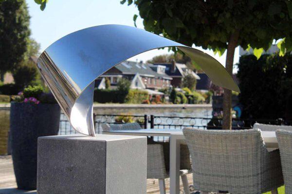 Wave- kunstwerk in opdracht exclusieve RVS sculptuur voor mooie tuin aan het water