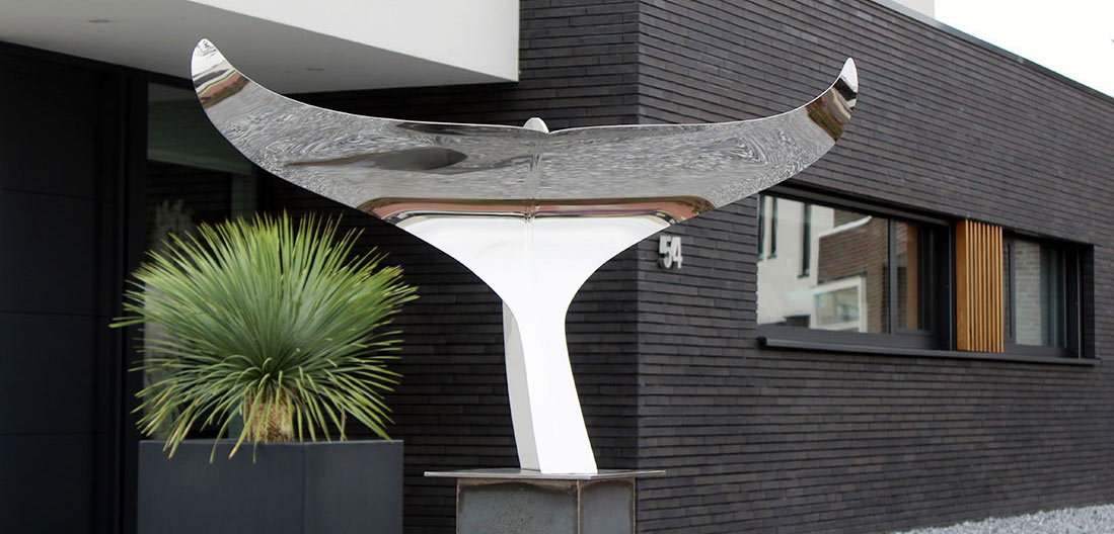strak modern kunstwerk van rvs bij entree villa