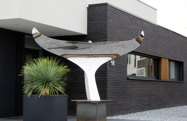 strak en modern kunstwerk van gepolijst RVS