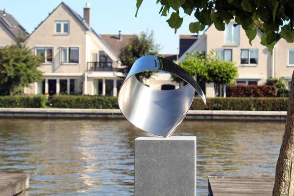 Wave- kunstwerk in opdracht exclusieve sculptuur voor mooie tuin aan het water