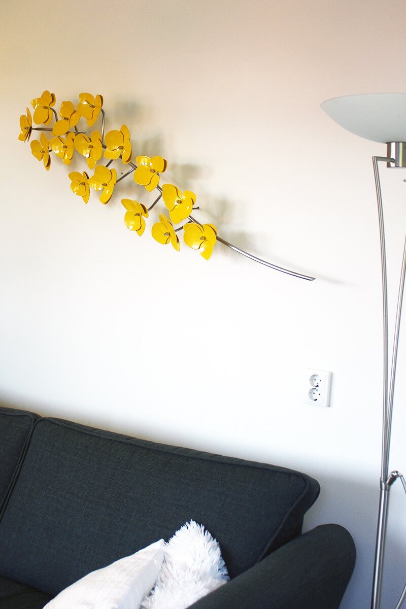 wall sculpture orchid bove the sofa