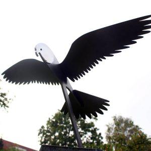 vogelbeeld rvs-sculptuur-biddende-valk-met-gespreide-vleugels