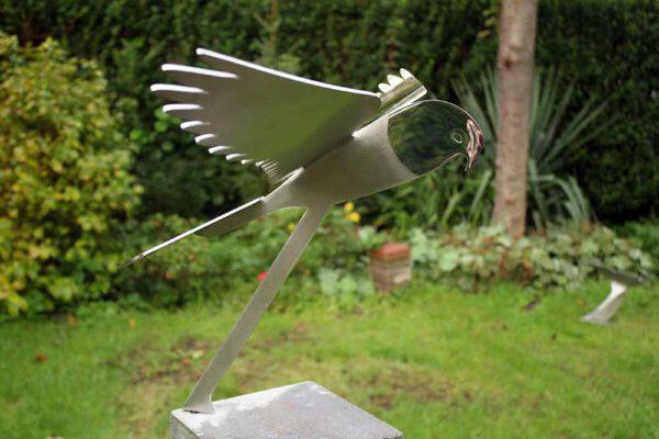 vogelbeeld valk van RVS