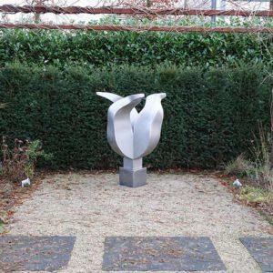 Tulpbeeld kunstwerk in opdracht in de tuin