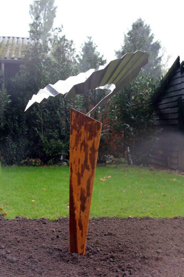 abstract-vogelbeeld van een zwaluw in de regen